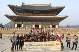 Delegasi IKYEP 2014 berfoto bersama di kawasan Gyeongbok Palace