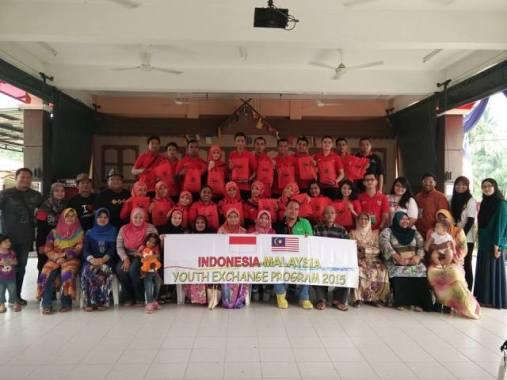 3 (Delegasi Indonesia bersama seluruh keluarga angkat di Kampung Lonek, Negeri Sembilan)